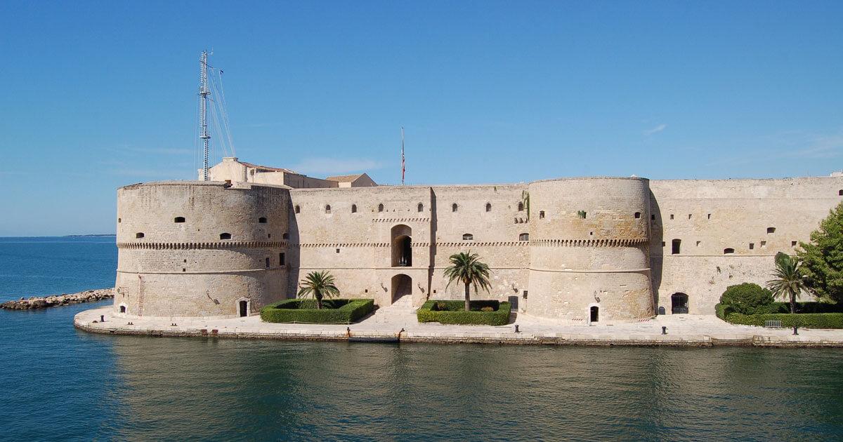 Città di Taranto, vista del castello aragonese