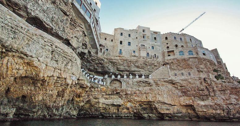 Vista di Grotta Palazzese a Polignano a Mare