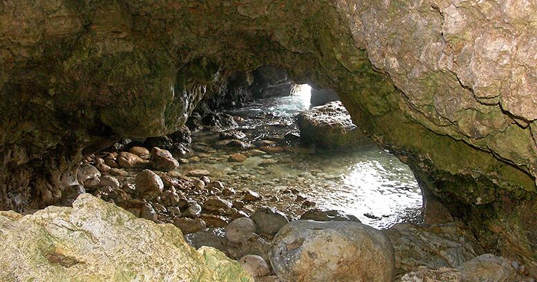 Grotta sulla costa a Santa Maria di Leuca