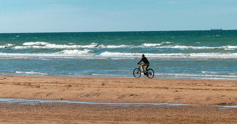 Passeggiata sul mare in bici un autunno in Puglia