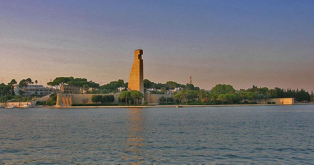 Panoramica del porto di Brindisi con Monumento al Marinaio